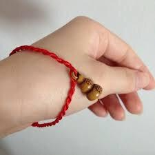 Bracelet en fil rouge du Medium Marabout voyant sérieux Ayao