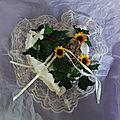 Portes alliances originaux, dalhia rose et papillon parme, coussin en forme de coeur, lierre et tournesol