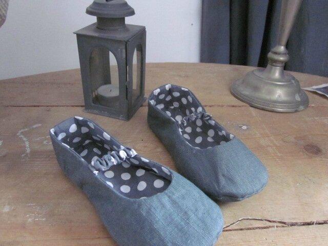 Pantoufles ALBERTINE enfant en lin gris et coton gris à pois blancs (1)