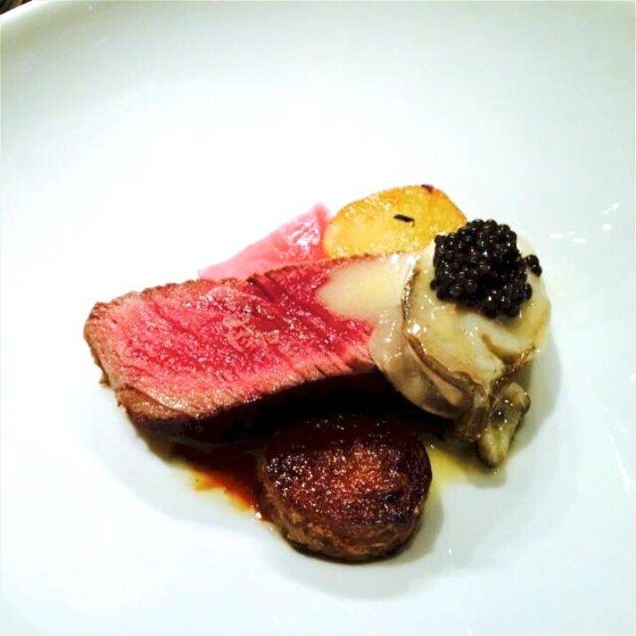 Boeuf, filet rôti sur la tranche puis fumé aux aiguilles de pin de l'Île de Ré, huître, caviar (1)