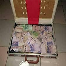 Valise magique qui produire des billets de banque