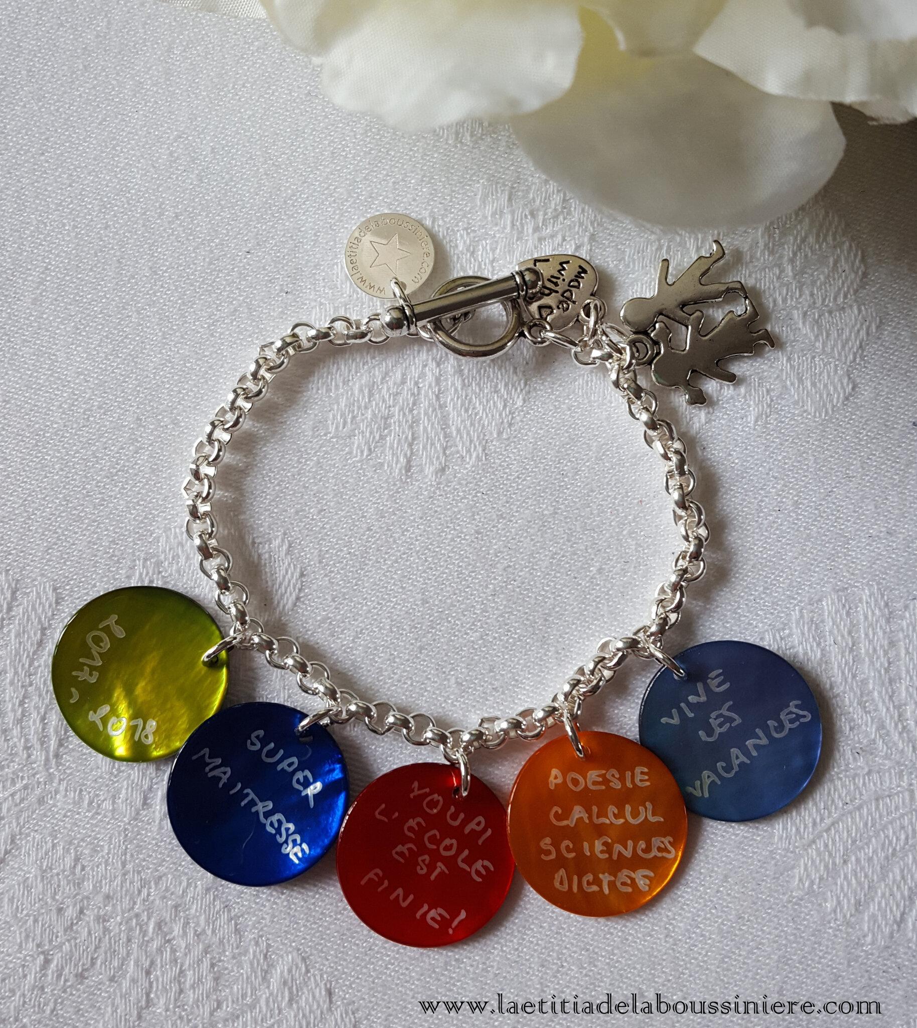 Bracelet personnalisé pour les maitresses, les Atsem - 37 € sur chaîne métal 5 médailles en nacre ; 41 € 6 médailles en nacre ; 45 € 7 médailles en nacre