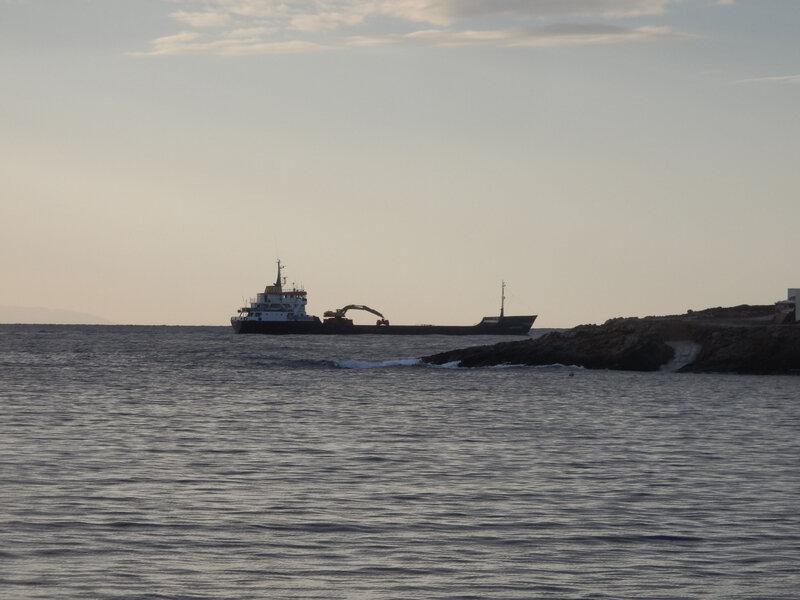 Un cargo défile devant la baie 111116