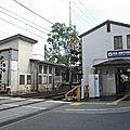Hattori-tenjin, une autre gare avec un arbre au milieu