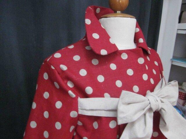 Manteau AGLAE en lin rouge à pois ficelle fermé par un noeud de lin brut (6)