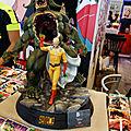 Figurine One-Punch-Man sur stand Kurokawa