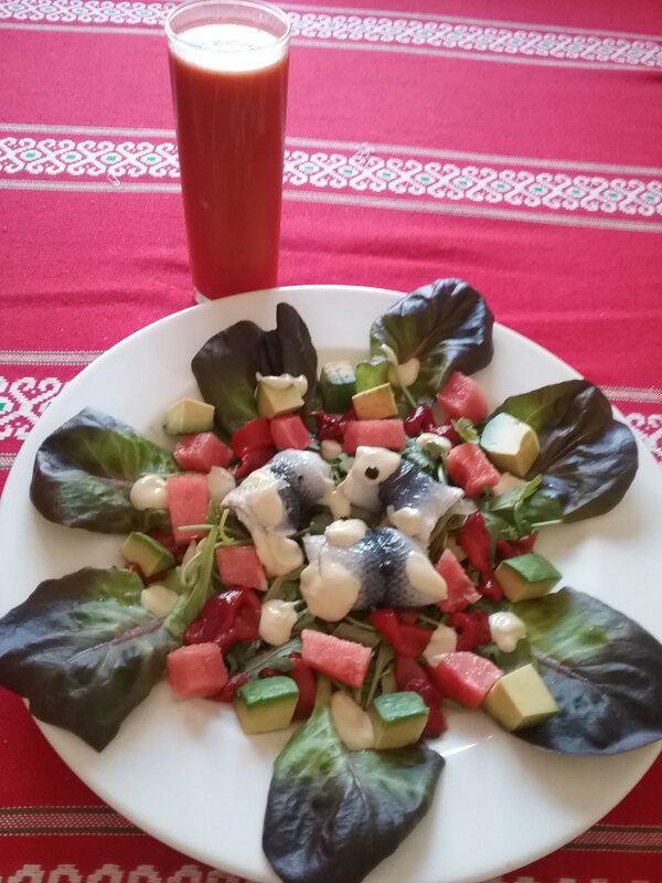 Gazpacho de pastèque et tomates et salade
