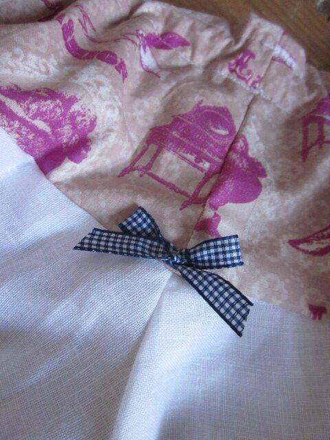 Culotte BIANCA en coton imprimé accessoires fille rose sur fond beige - coton imprimé et lin blanc dans le dos - noeud vichy marine devant et sur les fesses (1)