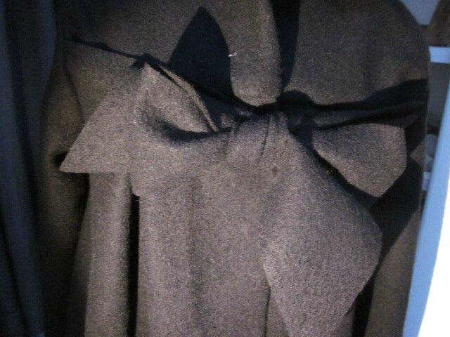 Manteau AGLAE en laine bouillie noire fermé par un noeud dans le même tissu (10)