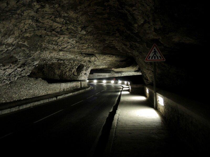 Le Mas d'Azil, dans la grotte, route et panneau (09)