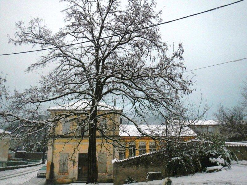 école fermée un jour de neige