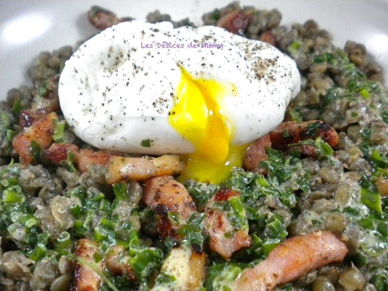 Salade tiède de lentilles, œuf poché et lardons fumés