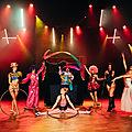 Un magicien dans un grand spectacle cabaret à bais