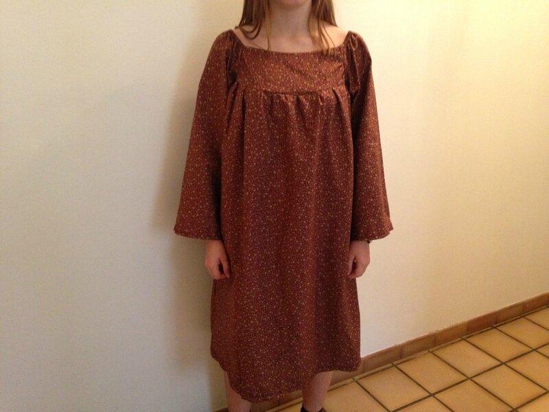 robe albertine fond lie-de-vin motifs or citronille 16A 1
