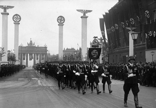 Bundesarchiv_Bild_102-00089,_Berlin,_Parade_zum_50__Geburtstag_Hitlers