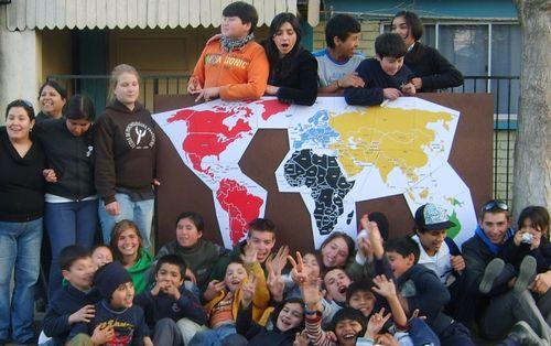 Los niños de la Fresia con el mapa del juego scout