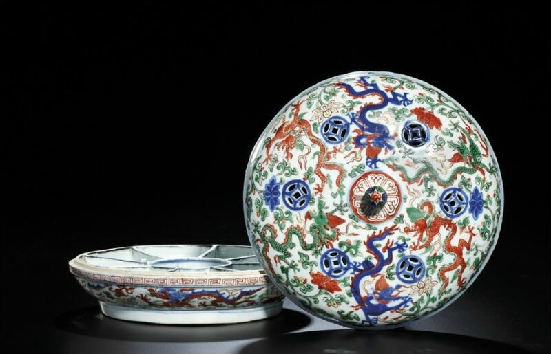 A very rare wucai sweetmeat box and cover, mark and period of Wanli (1573-1620)