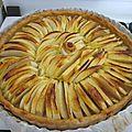 Tarte aux pommes toute simple, sur lit de compote & poudre d'amandes