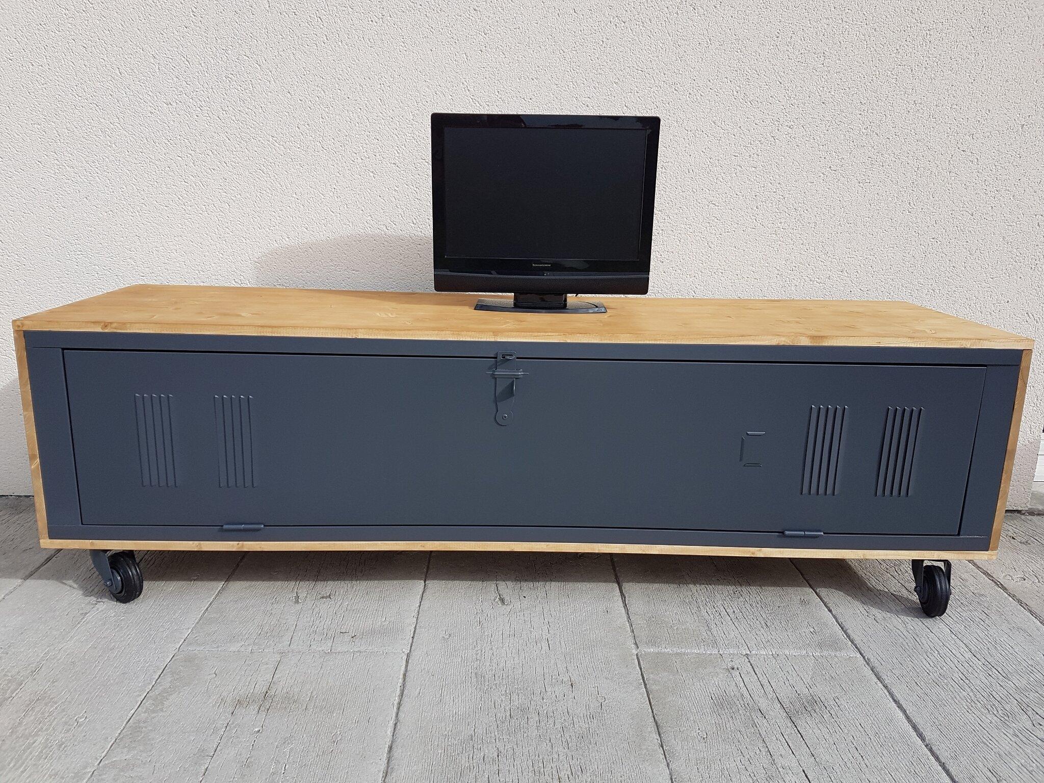 vestiaire m tallique revisit en meuble tv industriel grenier patines 45. Black Bedroom Furniture Sets. Home Design Ideas