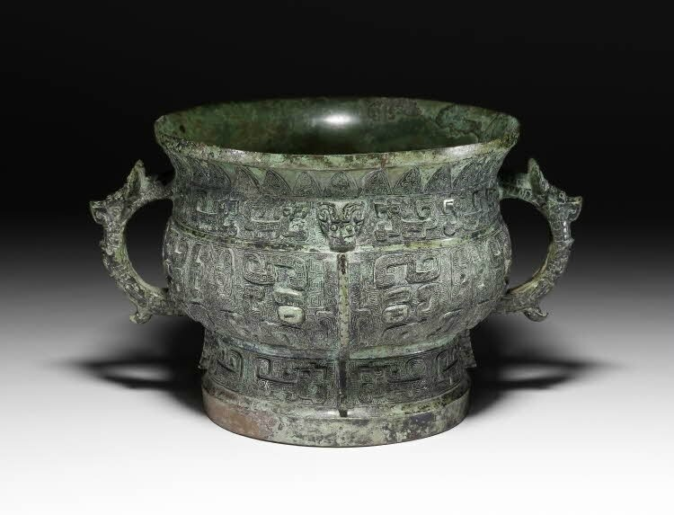 Bronze 'gui', decorated with dragons, monsters and 'taotie'