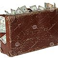 vieille-valise-brune-avec-des-billets-de-banque-23517206
