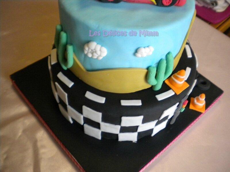 Un gâteau Cars avec voiture Flash Mcqueen 7