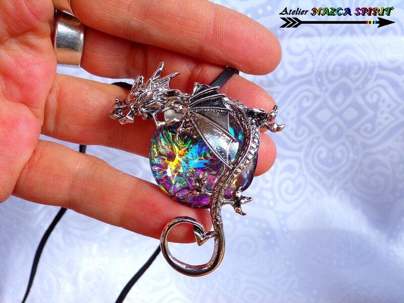 Collier réglable Pendentif dragon et cabochon verre rond loupe coloration artisanale multicolore iridescent 1