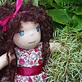 Alice (adoptée) poupée à la peau rose claire,