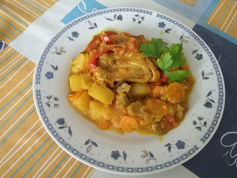 Poulet à la mangue verte et aux carottes et champignons