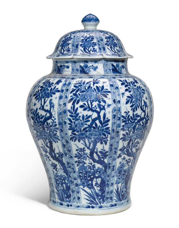 A large Chinese blue and white porcelain baluster vase and cover, Qing dynasty, Kangxi period (1662-1722)