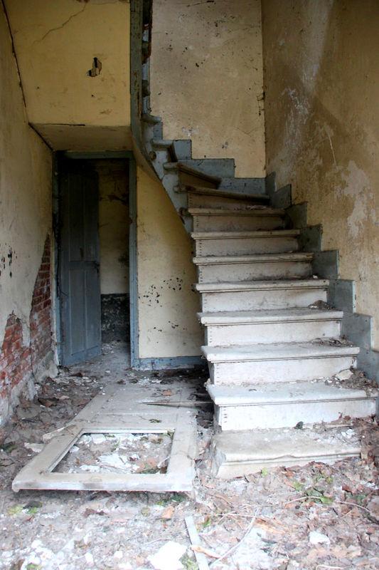Ambiance (escalier) ferme chateau abandonné_7916
