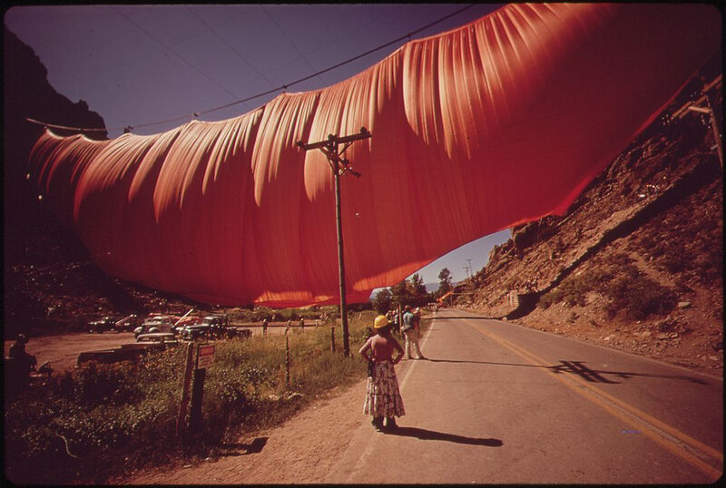 1024px-A_SIX-TON_CURTAIN_BILLOWS_ACROSS_RIFLE_GAP_-_CONCEIVED_BY_ARTIST_CHRISTO_JAVACHEFF,_EXECUTED_AT_A_COST_OF_$700,000