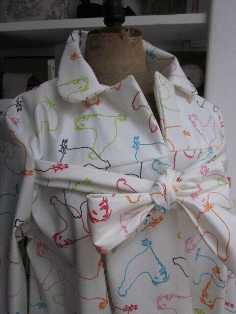 Ciré AGLAE en coton enduit blanc cassé imprimé silhouettes de poules multicolores (5)