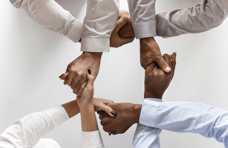 mains-tendues-solidarité