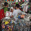 Les touristes aussi font le shopping.