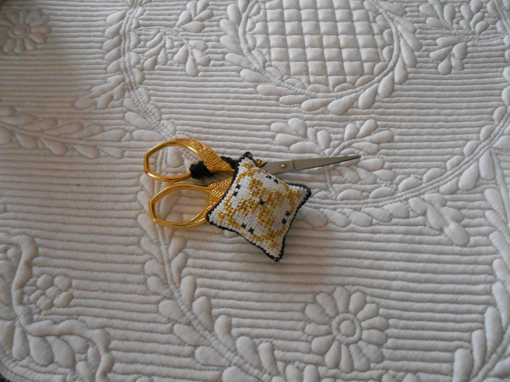 bijou de ciseaux noir et or