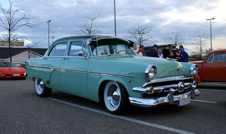 Ford_sedan_customline_1954__Rencard_du_Burger_King__02