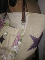 Sac cabas FELICIE n°8 en lin brut et lin et coton fleuri violet, poche et fond en simili cuir écru, étoiles en cuir violet, sangles militaire en cuir (8)