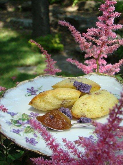 Cadeau : madeleines aux fleurs et confiture pêche-violettes