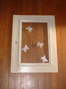 Cadre patiné à la cire blanche, papillon en métal pour épingler de jolis souvenirs et grillage à poule