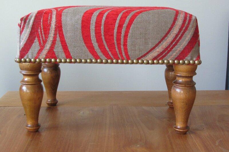 retapisser un repose pied tapissier à Bohars