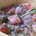 Saumon cru mariné au jus de citron, thym et pavot
