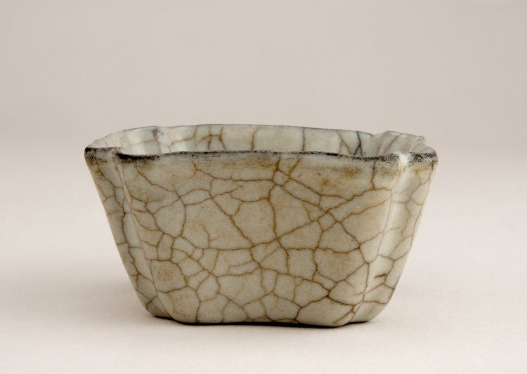 Water pot with guan glaze, Southern Song-Yuan dynasty, about AD 1127–1300. Guan ware, Hangzhou, Zhejiang province. Stoneware with celadon glaze, 6,8 cm. Percival David Foundation of Chinese Art, PDF 29 © The Trustees of the British Museum