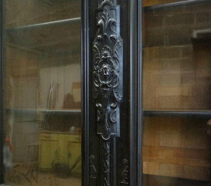 grande-vitrine-bibliotheque-chateau-bois-noirci-colonnes-napoleon-iii-xixe
