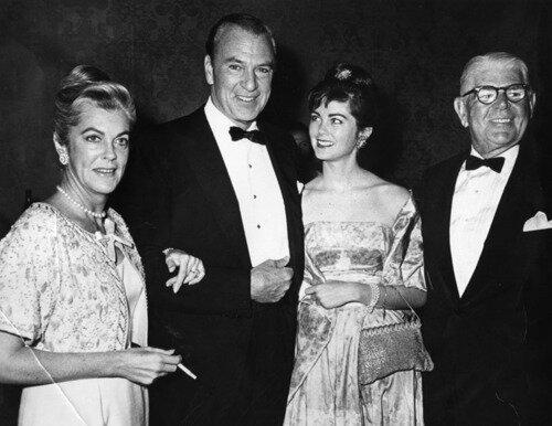 Gary Cooper avec sa femme, sa fille et le père de Mme Cooper_ Circa 1960