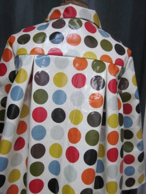 Ciré AGLAE en coton enduit blanc cassé à pastilles multicolores fermé par 2 pressions dissimulés sous 2 gros boutons recouverts (1)