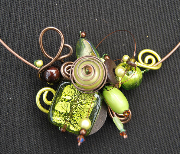 collier tour de cou vert et marron