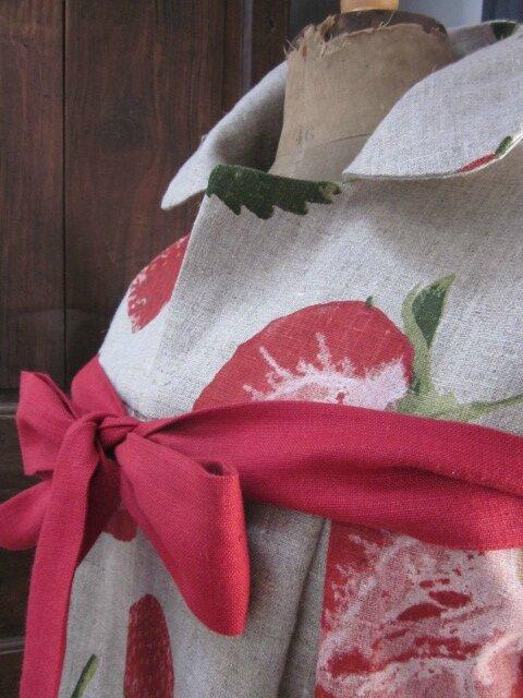 Manteau AGLAE en lin naturel imprimé de grosses fraises rouge - noué sur le devant d'un lien de lin rouge (8)