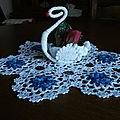 cygnes n°1 napperon avec fleurs bleu
