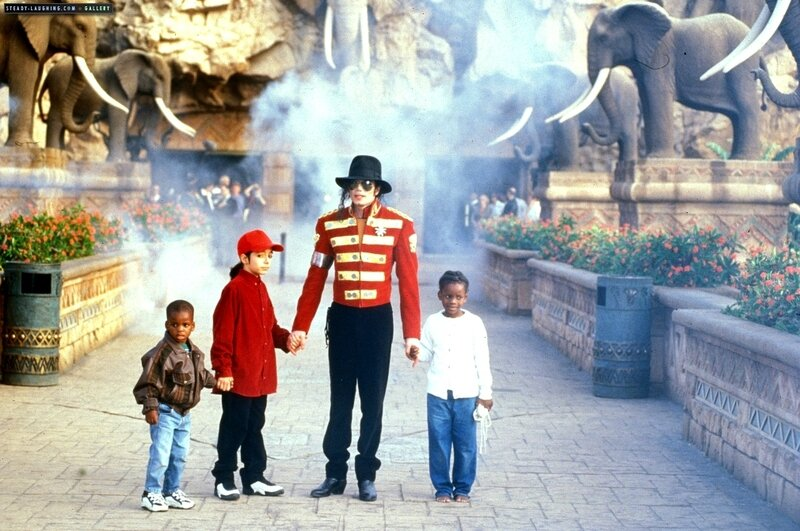 michael-stops-by-sun-city-the-luxory-south-african-resort-in-1996(100)-m-15